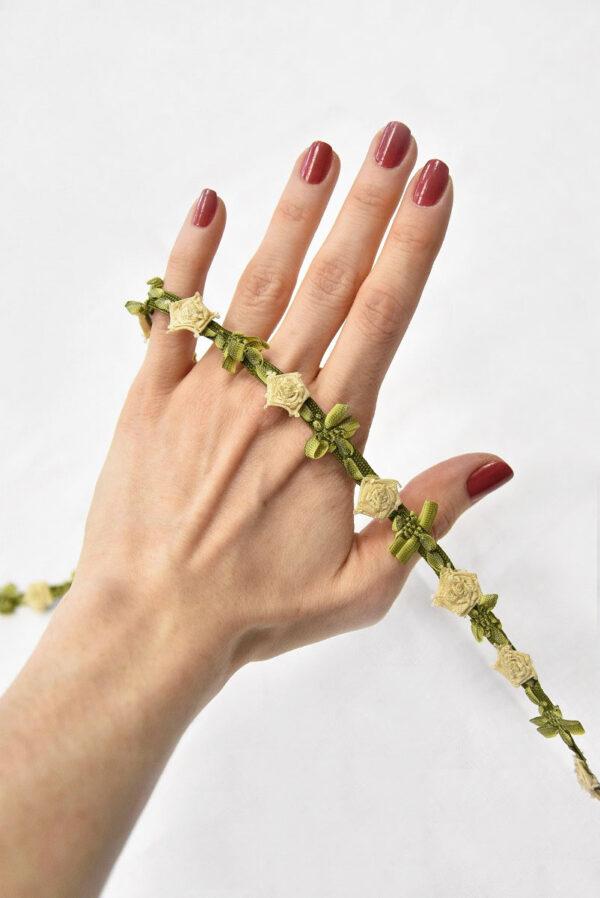 Тесьма оливковая с объемными бежевыми розочками 3