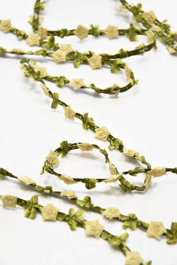 Тесьма оливковая с объемными бежевыми розочками