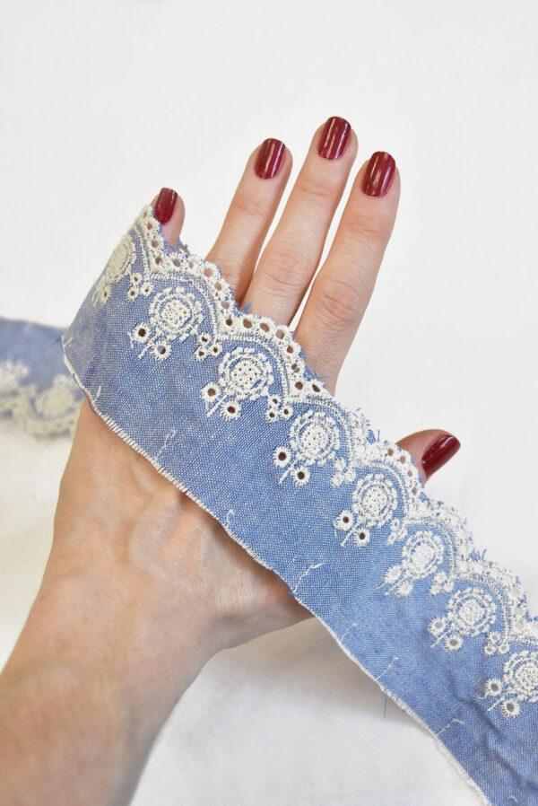 Тесьма голубая с вышивкой 1