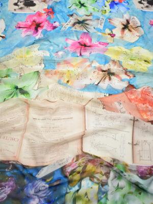 Креп шифон разноцветные лилии книги на голубом фоне (7912) - Фото 12
