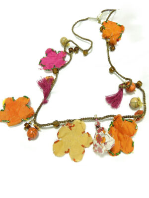 Ожерелье с тканевыми цветочками и стеклярусом