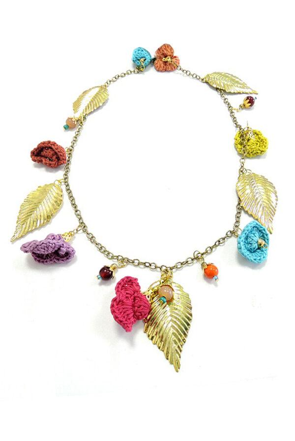 Ожерелье золотистое с листьями и вязаными цветочками