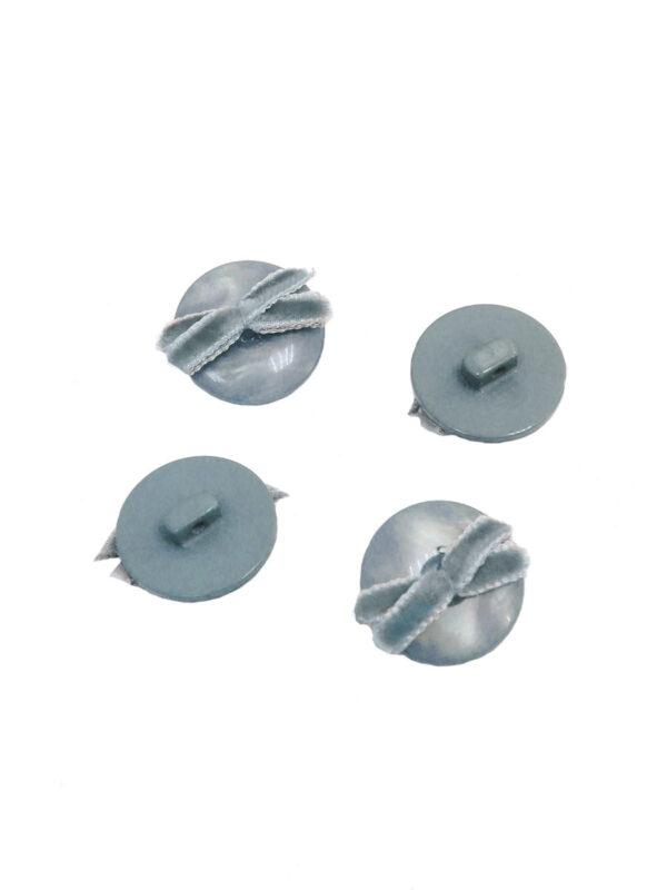 Пуговица пластиковая голубая перламутровая с бархатным бантиком 2