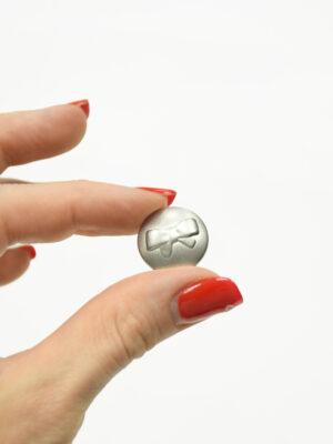 Пуговица маленькая металл серебро с выбитым бантиком 1