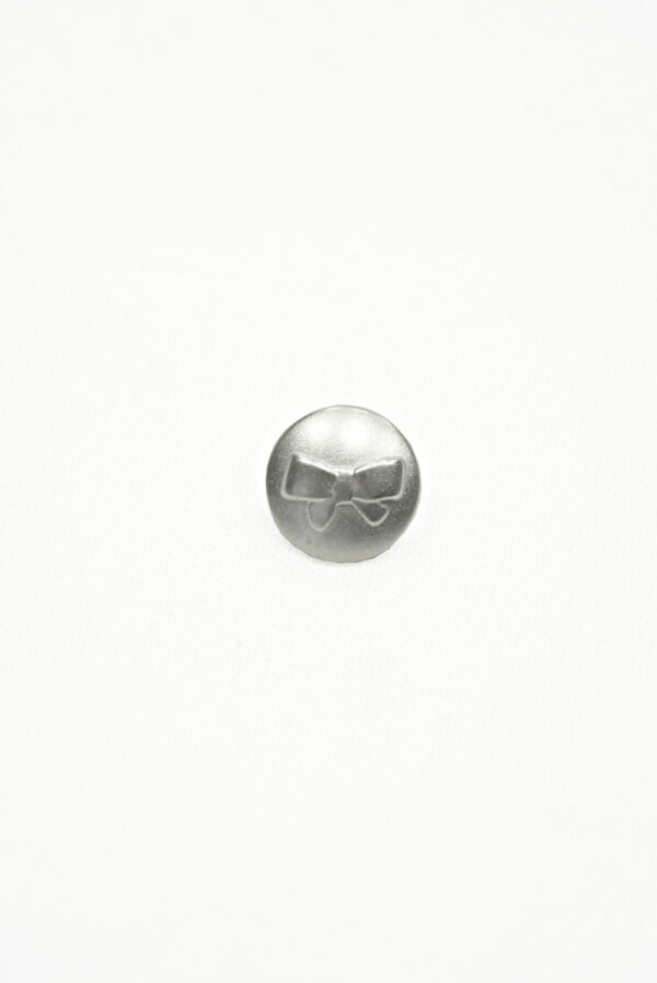 Пуговица маленькая металл серебро с выбитым бантиком