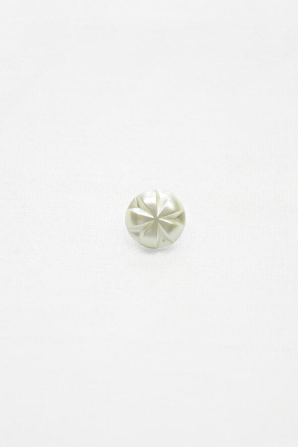 Пуговица маленькая молочно-белая с цветочком