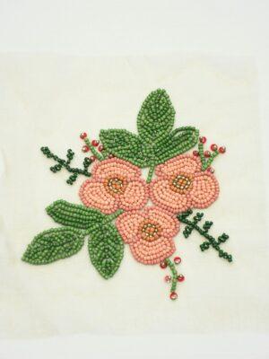 Аппликация с розовыми цветочками и листьями из бисера