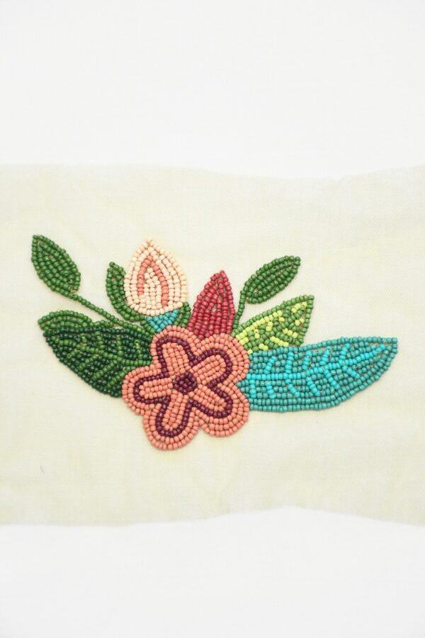 Аппликация из бисера с цветами и листьями