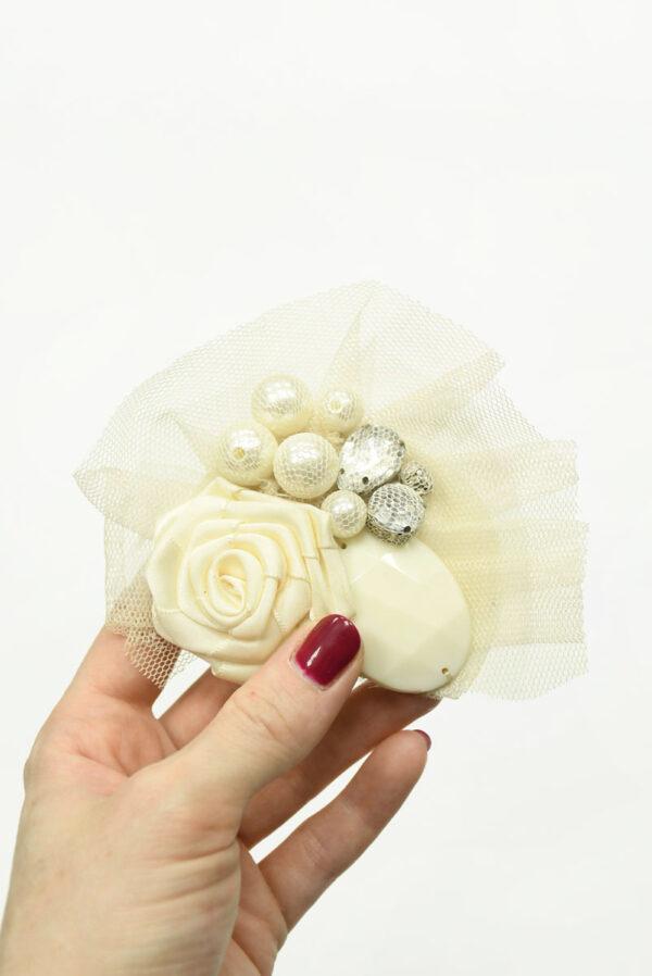 Брошь кремовая из сетки с атласной розой и стразами 2