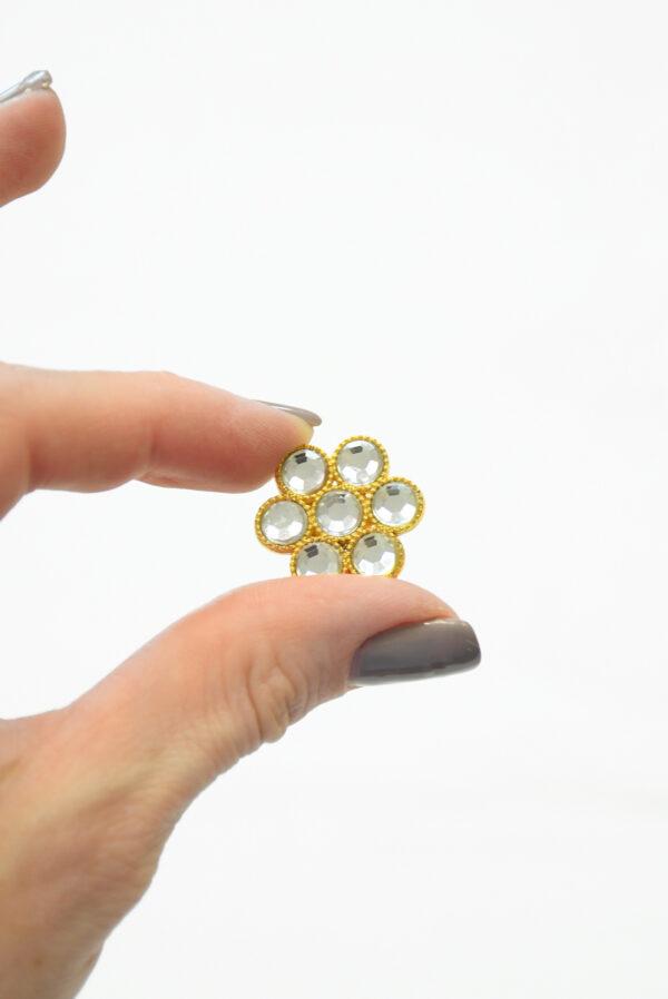 Металлическая пуговица в виде цветка золотистого оттенка с кристаллами. На ножке.3