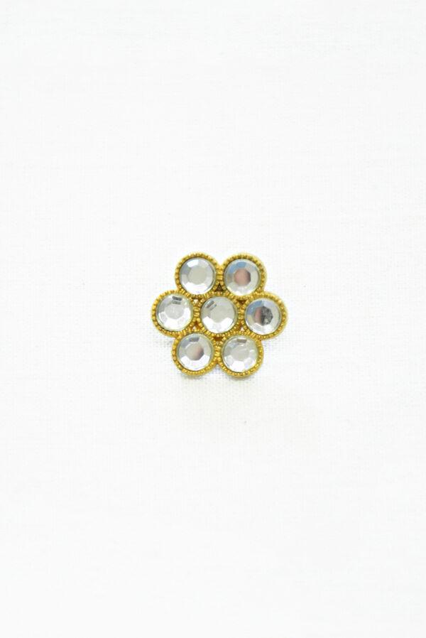 Металлическая пуговица в виде цветка золотистого оттенка с кристаллами. На ножке.