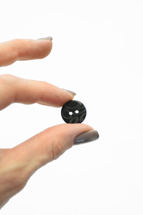 Пуговица маленькая пластик черная с овалами 4