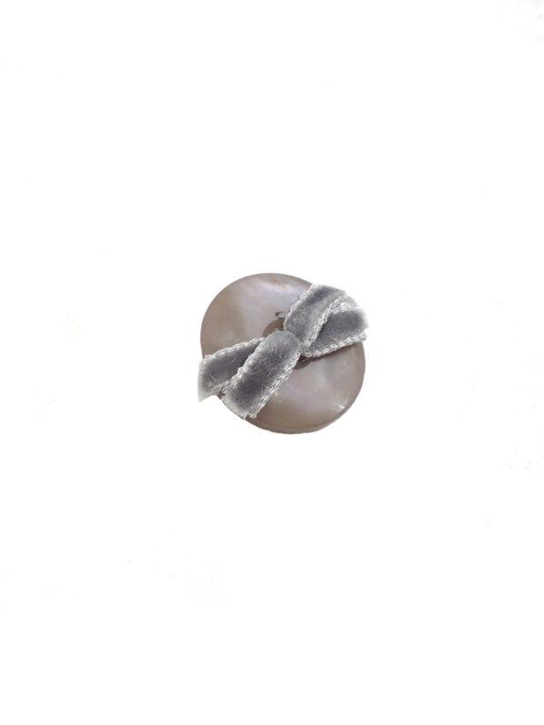Пуговица пластиковая серый перламутр с бархатным бантиком (P0007) к-1 - Фото 6