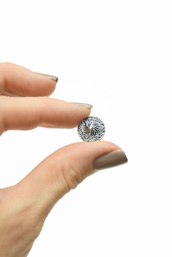 Пуговица маленькая металл серебро с трилистником 3