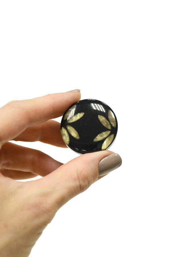 Пуговица пластик черная с листьями крупная 3