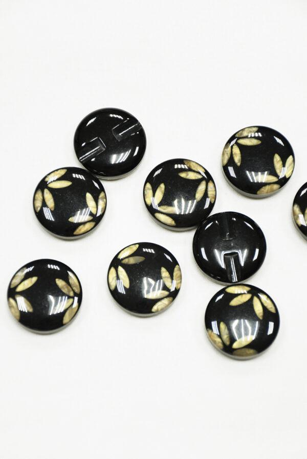 Пуговица пластик черная с листьями крупная 2