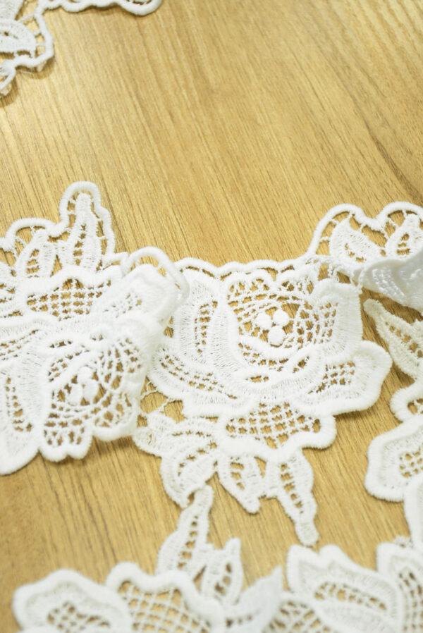 Тесьма макраме белая с крупными цветами 3