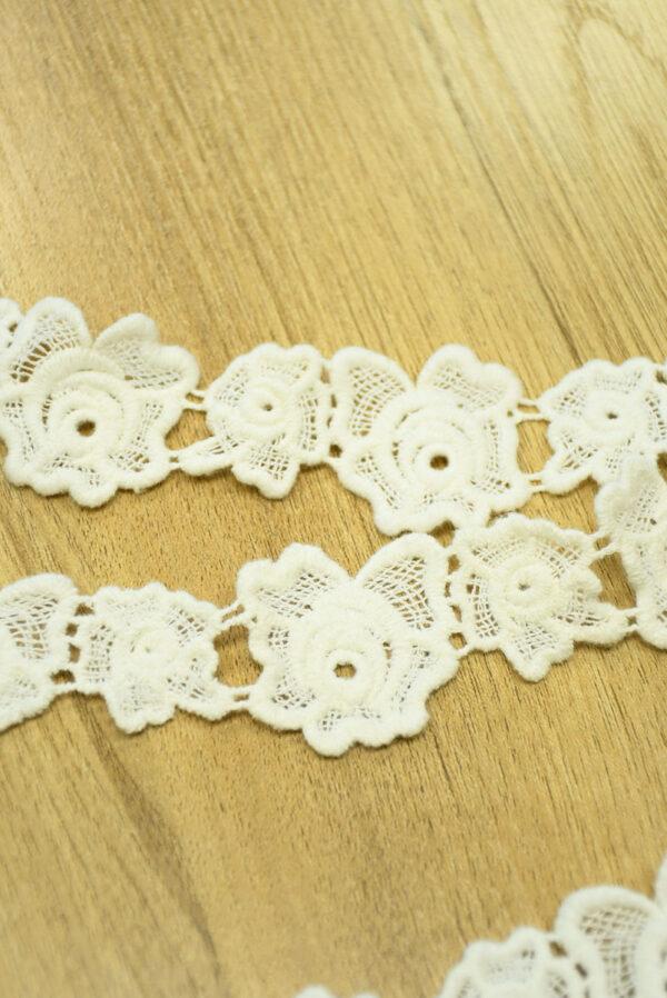 Хлопковая тесьма макраме молочная с цветочками 2