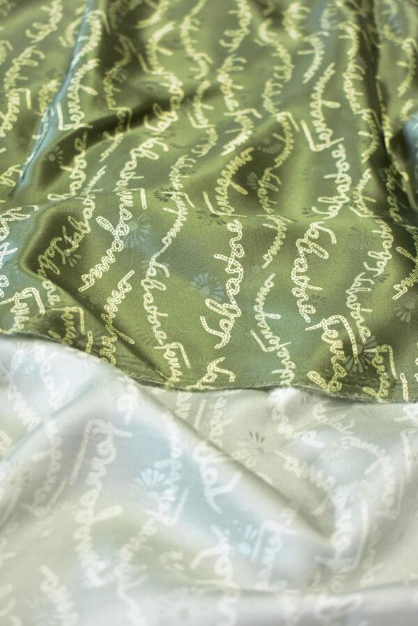 Шелк атласный оливковый с надписями (9410) - Фото 9