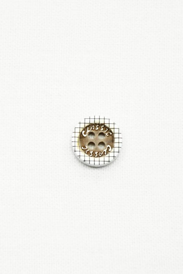 Пуговица пластик белая с коричневым в клетку и с надписью classic (р1406) - Фото 6