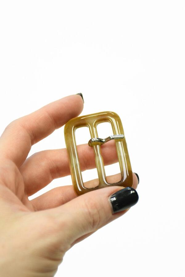 Пряжка пластиковая бежевая прямоугольная с язычком 1