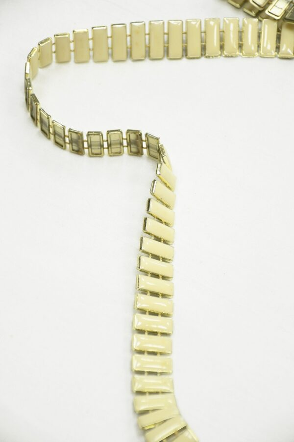 Тесьма золотая с эмалированными камнями цвета слоновой кости 3