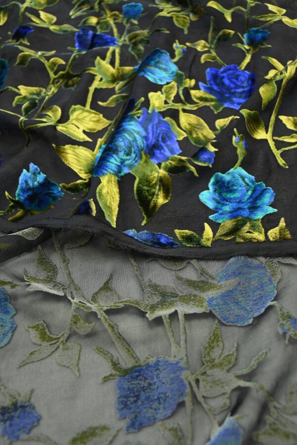 Бархат деворе с голубыми розами на черном 5