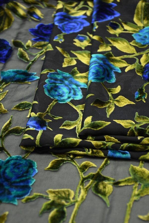 Бархат деворе с голубыми розами на черном 3