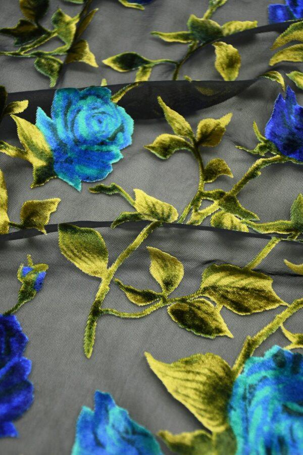 Бархат деворе с голубыми розами на черном 4