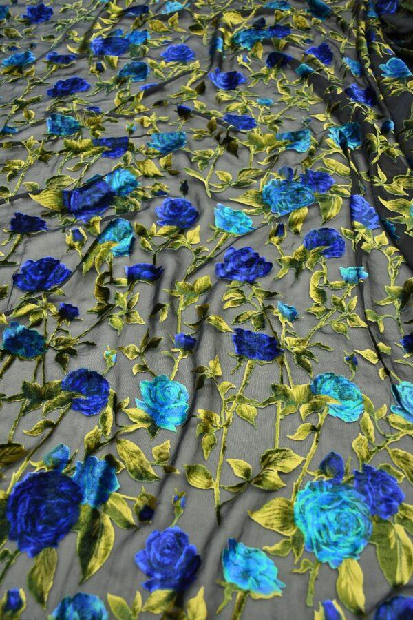 Бархат деворе с голубыми розами на черном