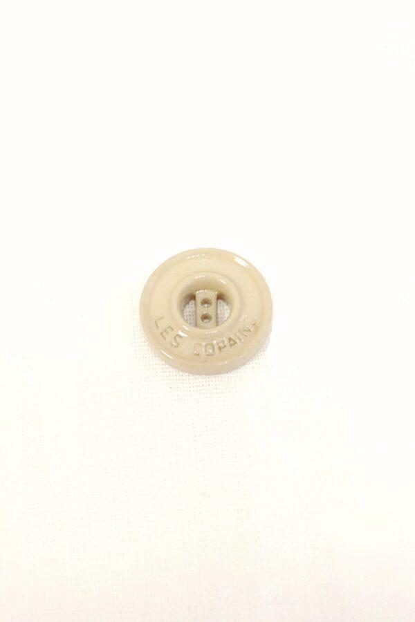 Пуговица пластиковая на прокол 18 мм бежевая надпись