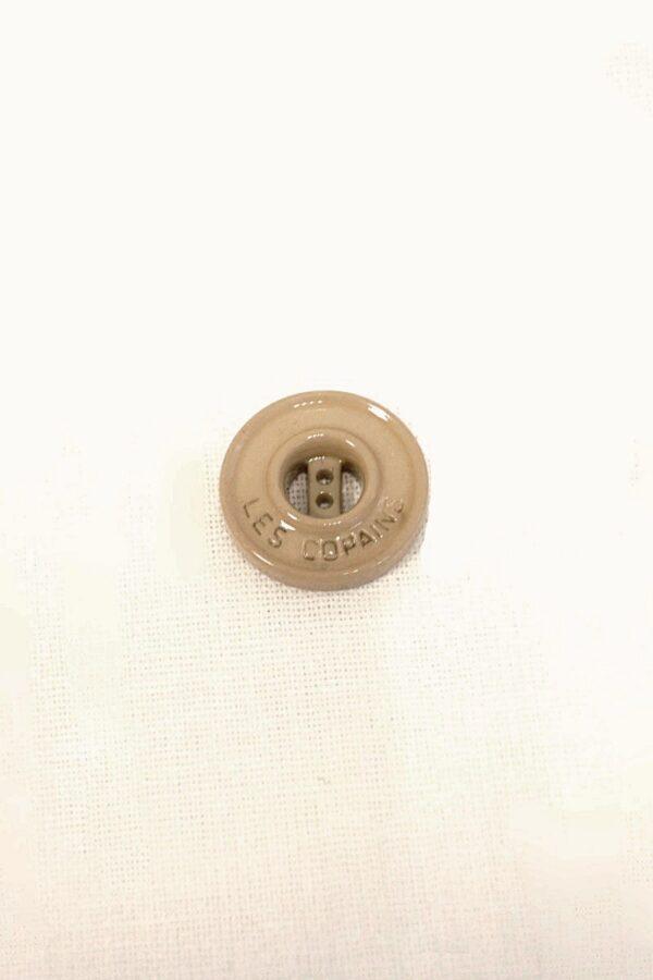 Пуговица пластиковая на прокол 18 мм светло-коричневая надпись